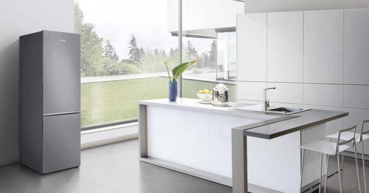 Tủ lạnh Inverter Samsung dung tích 276 lít, có giá 6,99 triệu đồng tại Tiki đáp ứng tốt nhu cầu cho gia đình có từ 3 thành viên trở lên. Trong đó, ngăn đá đặt phía dưới, có dung tích 92 lít, ngăn lạnh là 184 lít. Tủ có tiện ích nổi bật là làm lạnh nhanh, bảo quản thịt cá không cần rã đông, công nghệ Inverter tiết kiệm điện. Công nghệ làm lạnh dạng vòm và lộ lọc than hoạt tính khử mùi hôi giúp thực phẩm được bảo quản lâu hơn và không ảnh hưởng mùi vị.. Sản phẩm cũng áp dụng dịch vụ TikiPRO giao hàng và lắp ráp theo lịch hẹn hoàn toàn miễn phí.