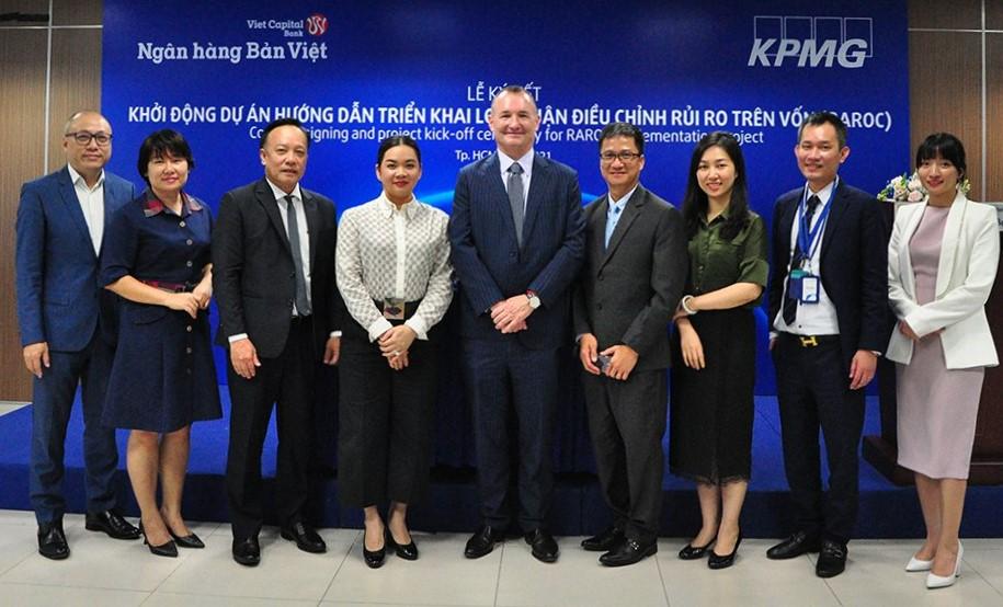 Bà Nguyễn Thanh Phượng - Phó chủ tịch HĐQT Ngân hàng Bản Việt (thứ 4 từ trái qua) cùng ông Warrick Cleine - Chủ tịch KPMG Việt Nam và Cambodia (thứ 5 từ phải qua) tại sự kiện ký kết hợp tác. Ảnh: Bản Việt.