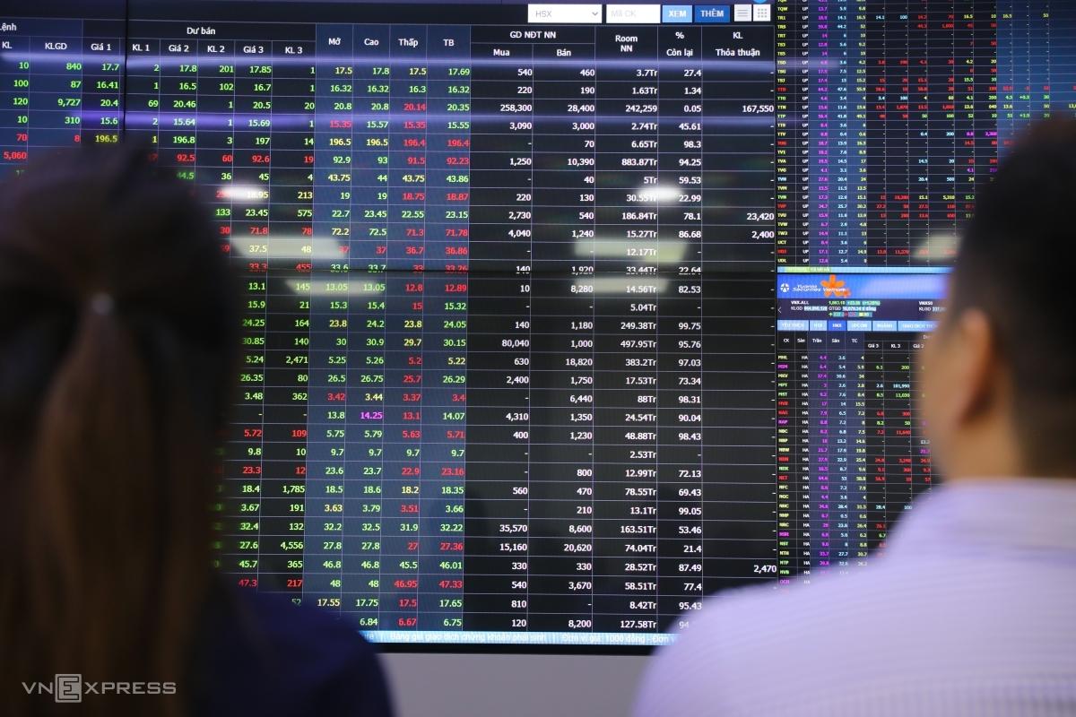 Nhà đầu tư giao dịch chứng khoán tại sàn Công ty Yuanta ở quận 1, TP HCM vào tháng 3/2021. Ảnh: Quỳnh Trần.