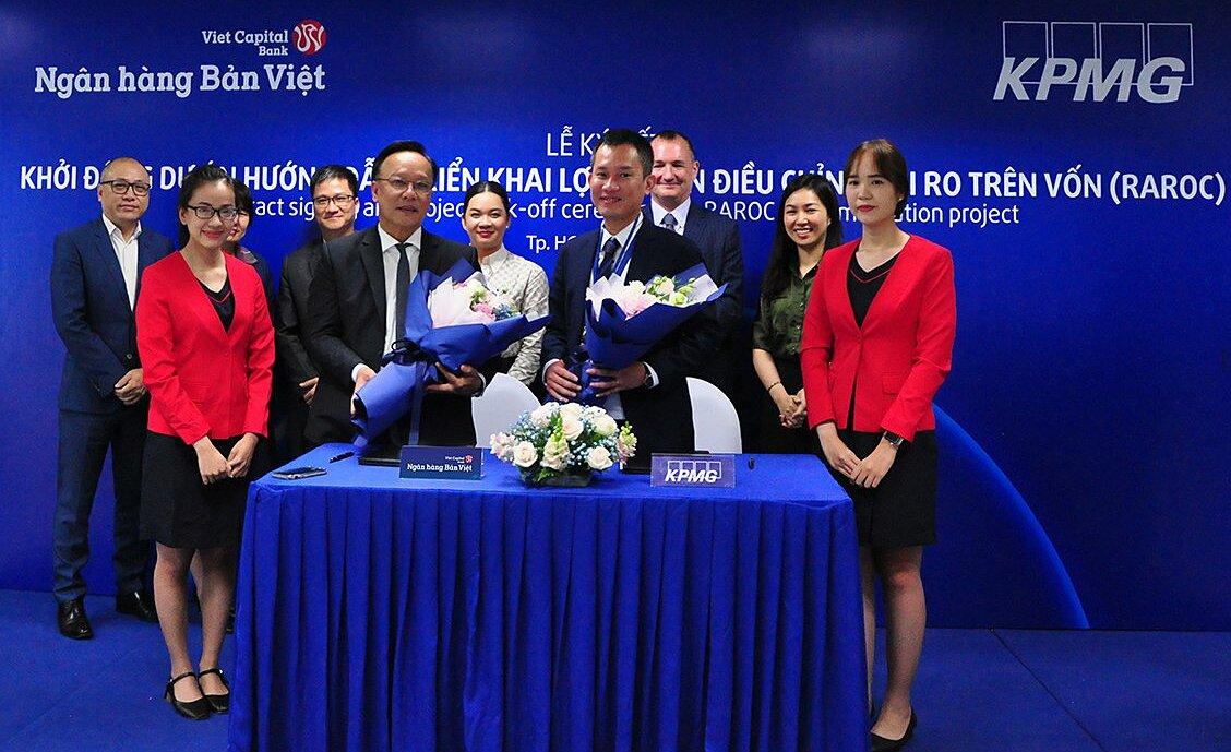 Ông Lý Công Nha - Giám đốc khối Tài chính Ngân hàng Bản Việt ký kết cùng Ông Phạm Đỗ Nhật Vinh - Giám đốc Tư vấn Dịch vụ Tài chính và Ngân hàng của KPMG. Ảnh: Bản Việt.
