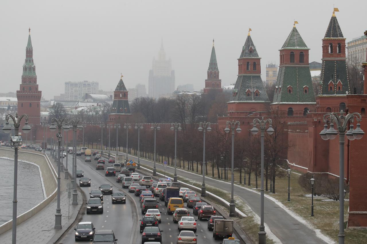 Xe cộ đi qua điện Kremlin ở Moscow (Nga). Ảnh: Reuters