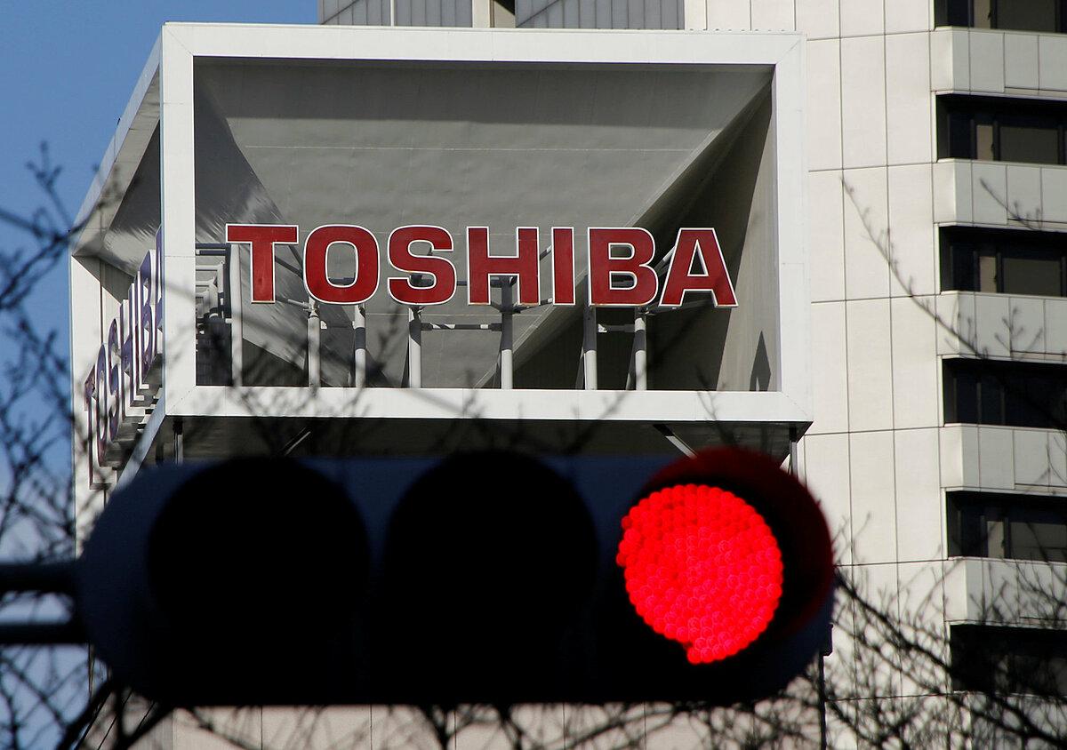 Logo Toshiba bên ngoài trụ sở của hãng ở Tokyo. Ảnh: Reuters