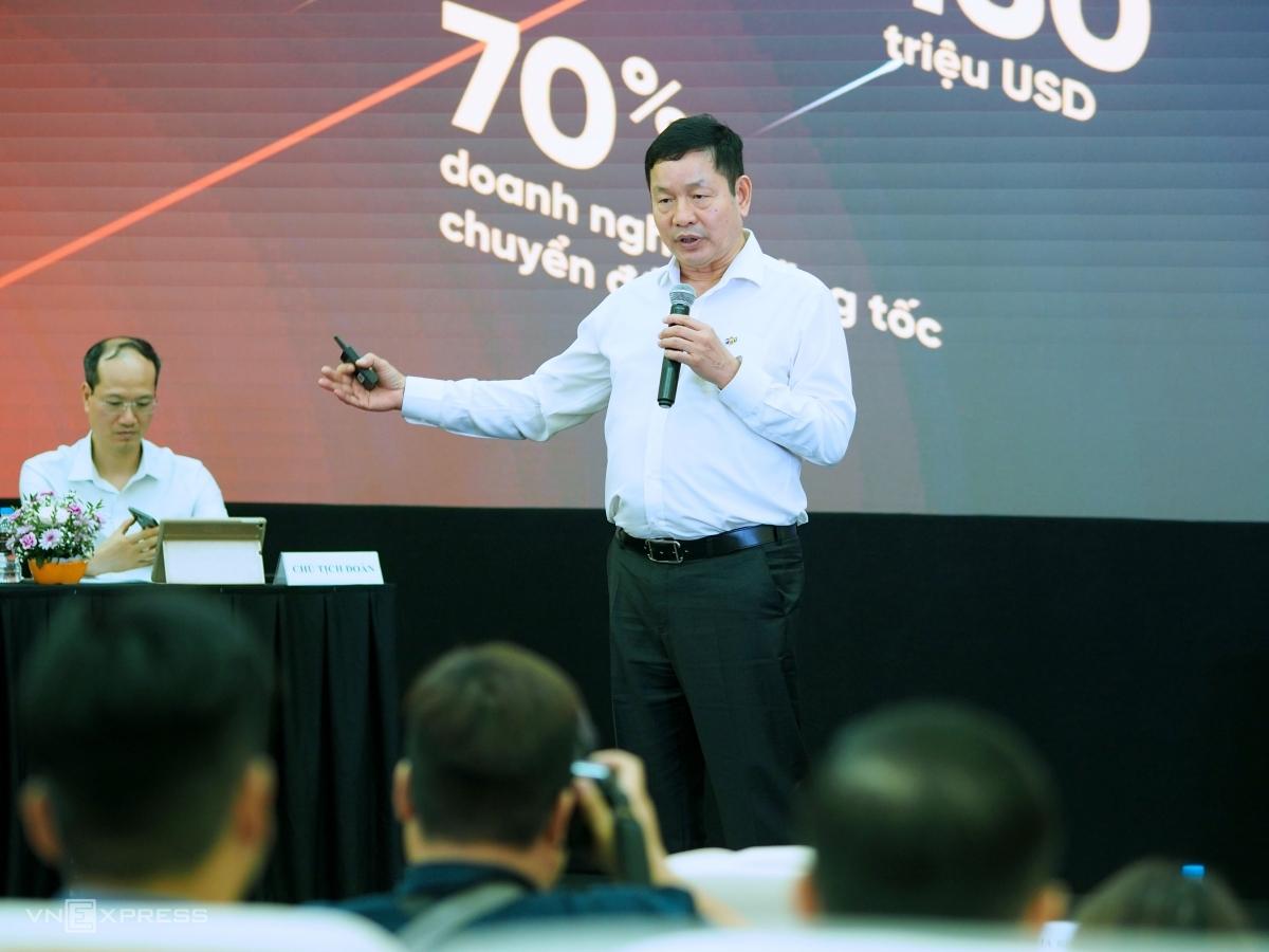 Ông Trương Gia Bình, Chủ tịch FPT chia sẻ trước cổ đông trong phiên họp thường niên ngày 8/4. Ảnh: Minh Sơn.
