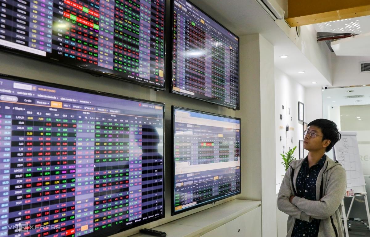 Nhà đầu tư theo dõi bảng giá chứng khoán tại sàn VNDIRECT. Ảnh: Quỳnh Trần.