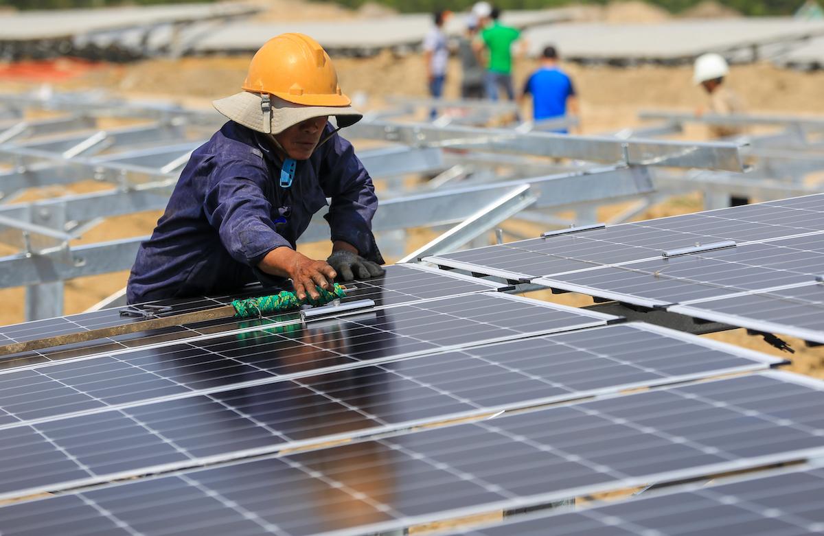 Công nhân lắp đặt tấm pin mặt trời tại một dự án nhà máy điện mặt trời ở tỉnh Ninh Thuận. Ảnh: Quỳnh Trần