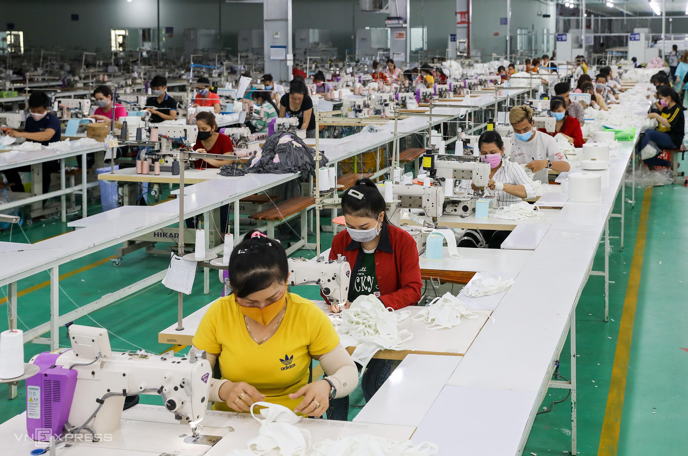 Sản xuất khẩu trang ở (Khu công nghiệp Tân Đô, huyện Đức Hoà, Long An. Ảnh: Quỳnh Trần.