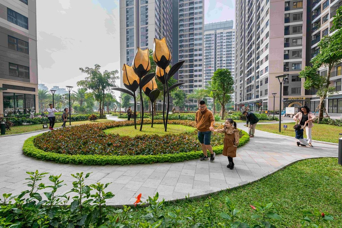 Cư dân Vinhomes Ocean Park dạo quanh công viên nội khu. Ảnh: Vinhomes.