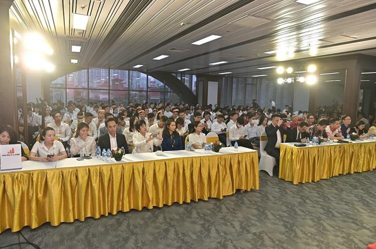 Đông đảo chuyên viên kinh doanh của các sàn phân phối tham dự sự kiện.