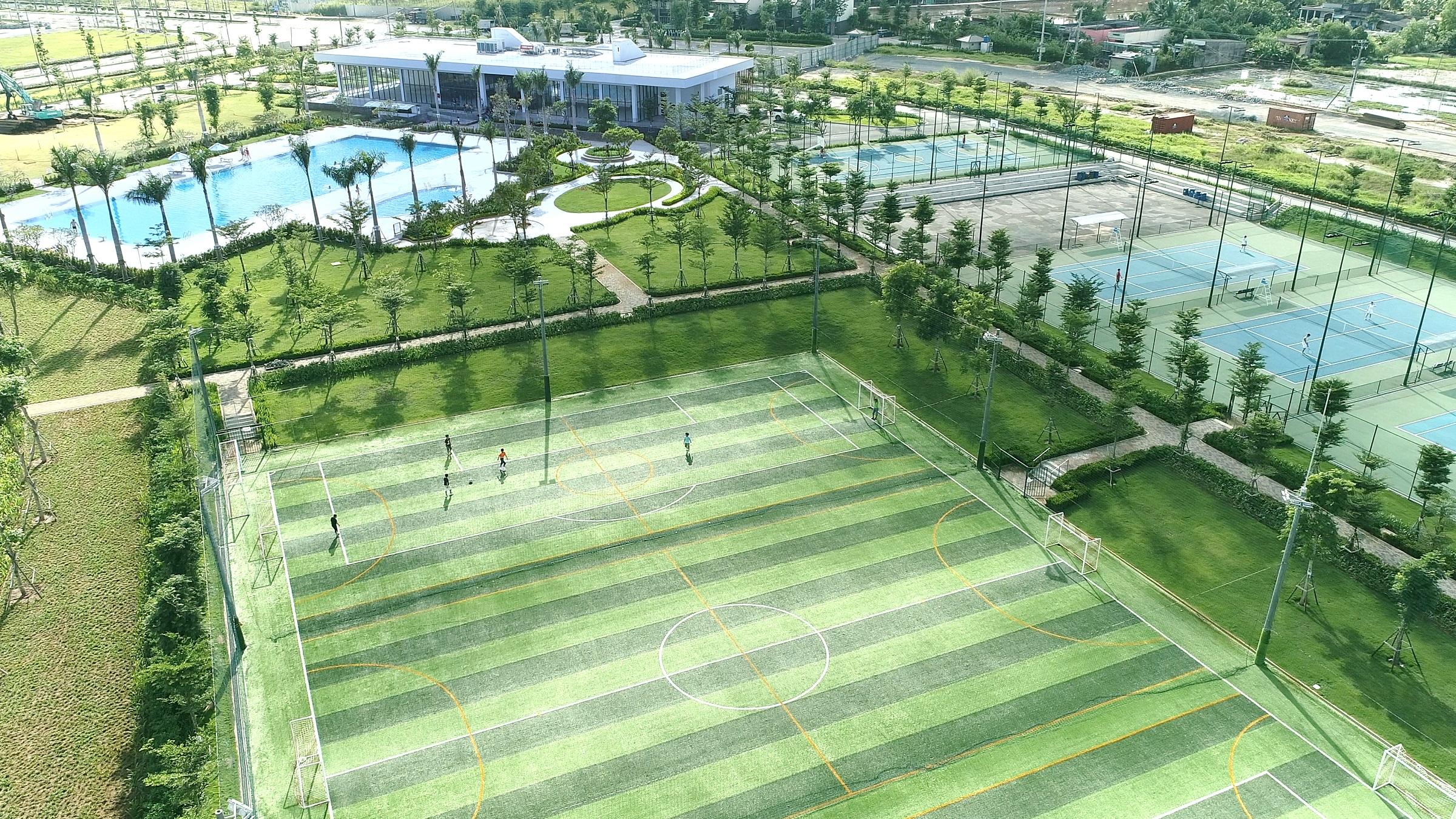 Sân bóng đá, sân tennis, hồ bơi... là những tiện ích đã đi vào hoạt động tại Waterpoint. Ảnh: Nam Long.