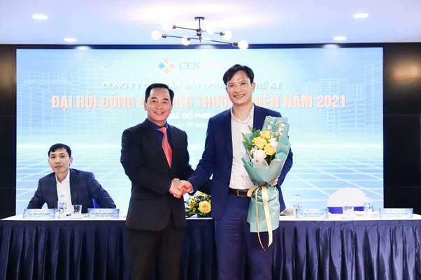 Ông Vương Văn Tường (bên phải) trúng cử thành viên HĐQT nhiệm kỳ 2018-2023. Ảnh: Cen Land.