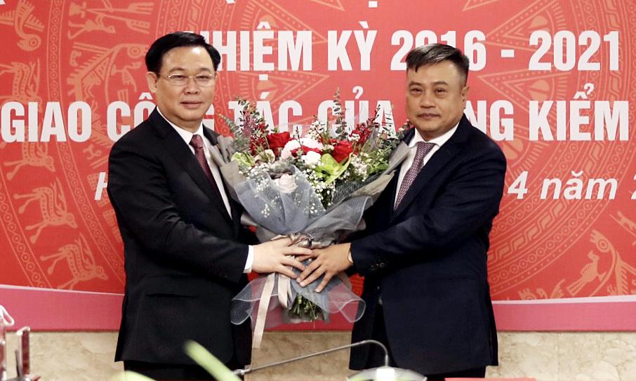 Chủ tịch Quốc hội Vương Đình Huệ tặng hoa cho tân Tổng kiểm toán nhà nước Trần Sỹ Thanh. Ảnh: VGP.