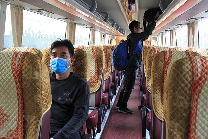Một chuyến xe tại bến xe Nước Ngầm (Hà Nội) vào đầu năm 2021 chỉ có hai khách. Ảnh: Anh Duy.