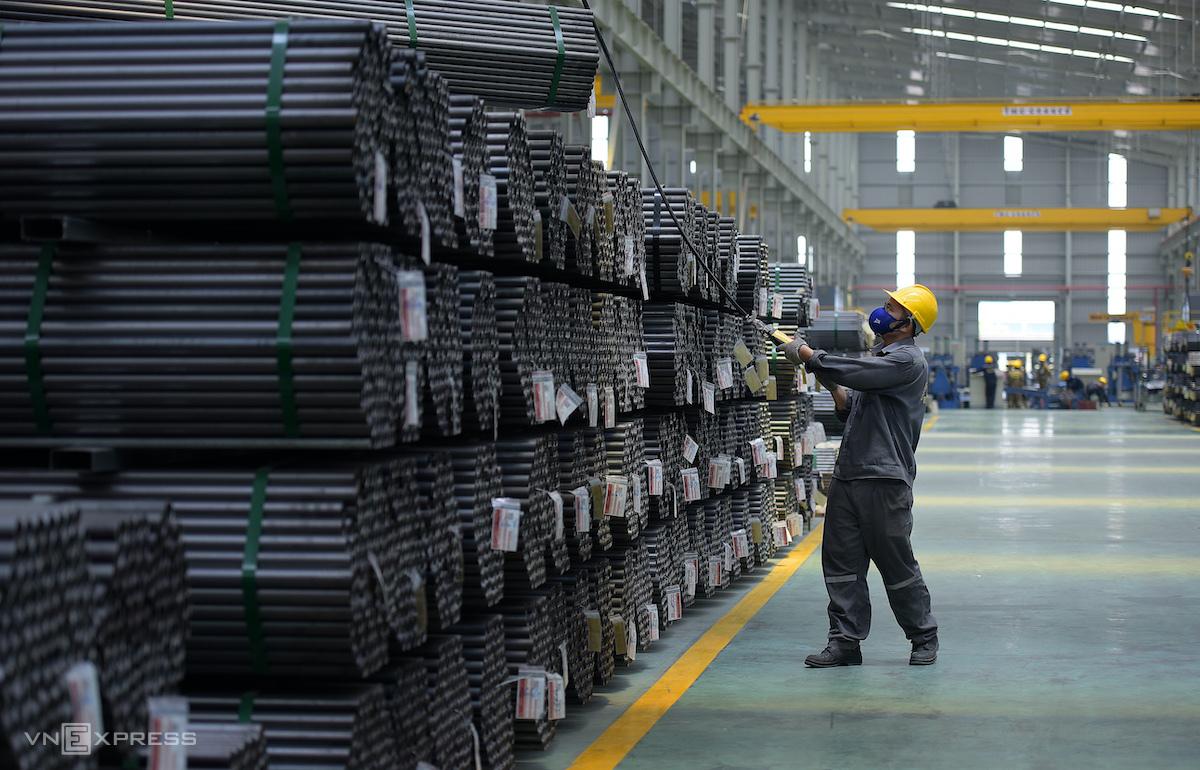 Sản xuất thép tại một nhà máy ở An Giang. Ảnh: Phương Đông