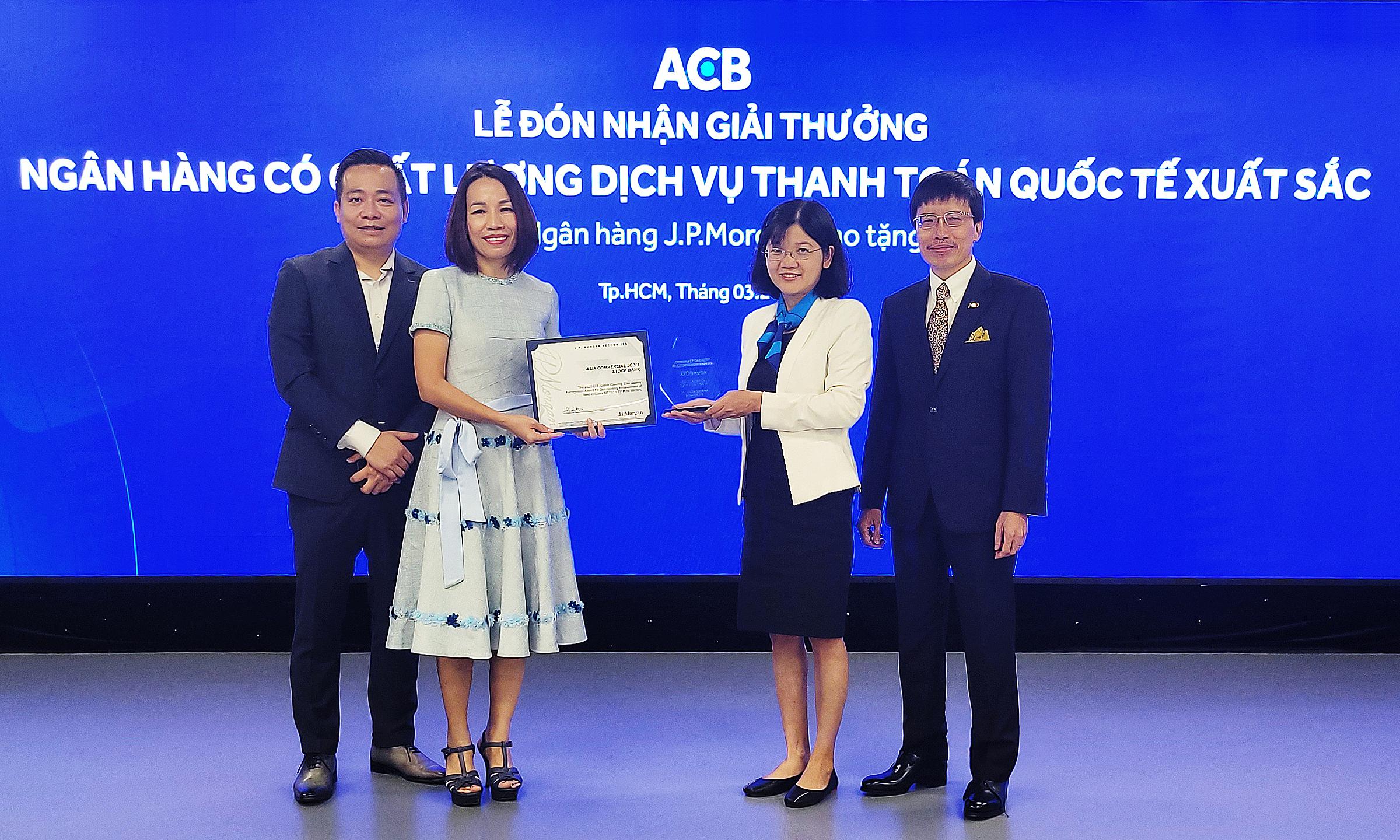 Đại diện ACB nhận giải thưởng Ngân hàng có chất lượng dịch vụ thanh toán quốc tế xuất sắc năm 2020 do JP Morgan Chase trao tặng. Ảnh: ACB.