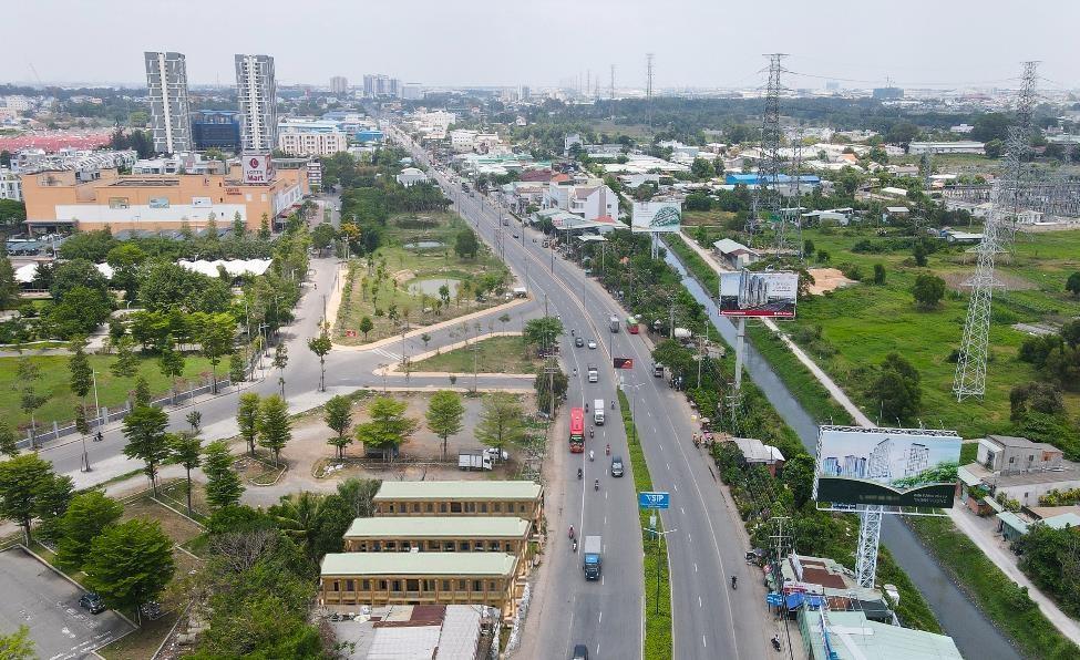 Đoạn Quốc lộ 13 đi qua Thuận An trở thành đại lộ thương mại - dịch vụ lớn nhất tỉnh Bình Dương. Ảnh: Phước Tuấn.