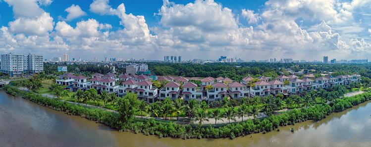Khu đô thị Mizuki Park được bao quanh bởi rạch Ngang và rạch Lào cùng mảng xanh rộng lớn che phủ.