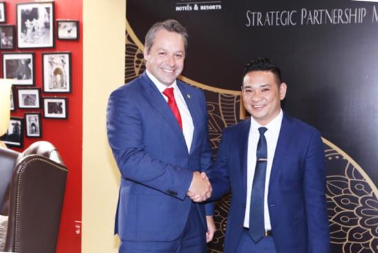 Chủ Tịch Eagles và đại diện của Swissbel-Hotel International tại lễ ký kết hợp tác hai bên. Ảnh: Eagles Group.