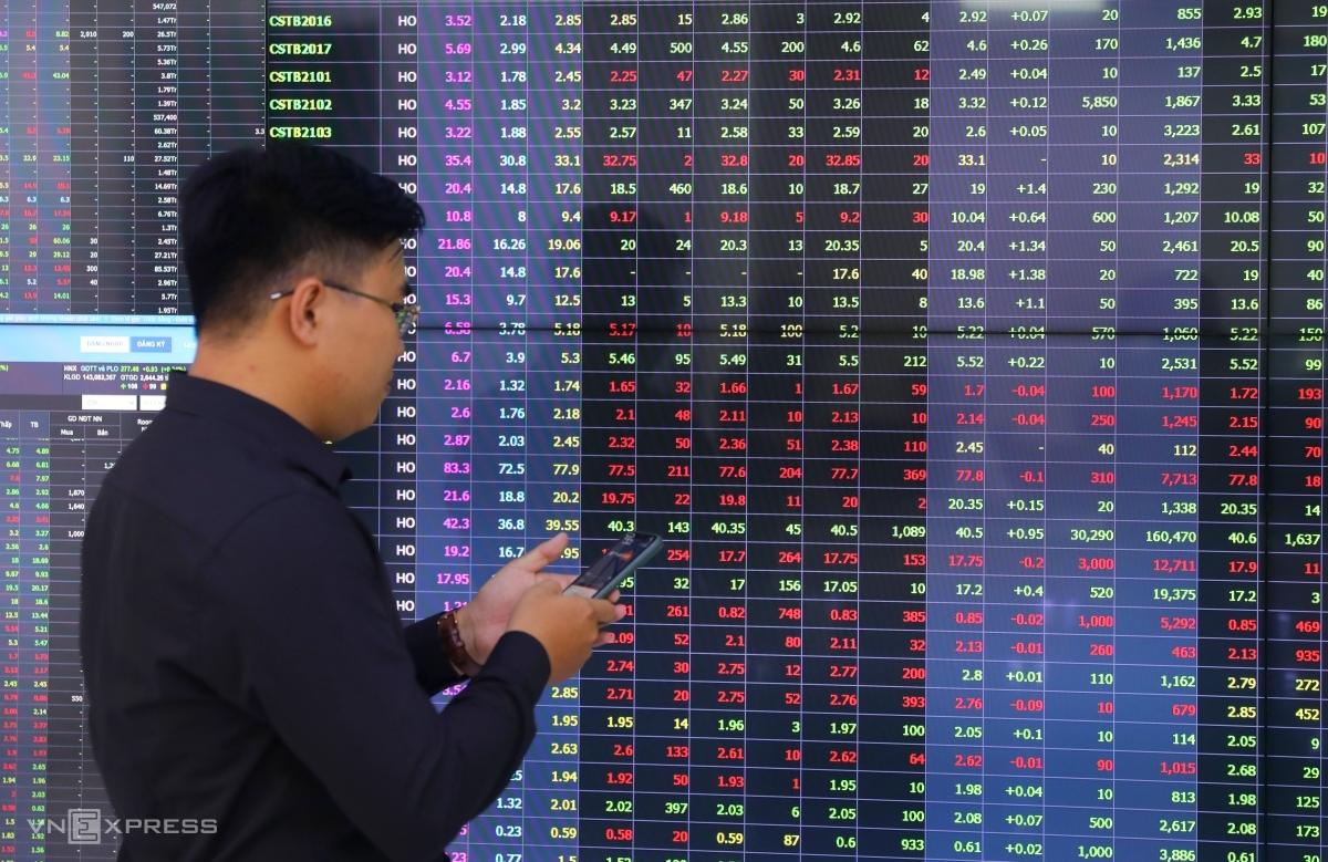 Nhà đầu tư theo dõi bảng giá chứng khoán tại một sàn ở TP HCM. Ảnh: Quỳnh Trần.