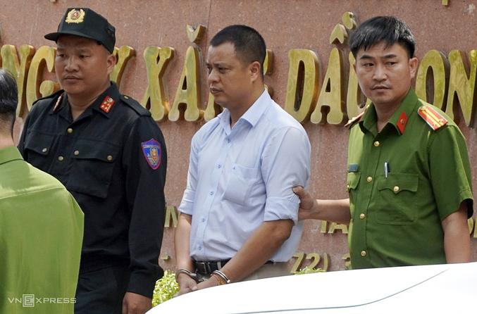 Lương Đình Tiến - Giám đốc Công ty Xăng dầu Long An bị đưa về cơ quan điều tra. Ảnh:Hoàng Nam