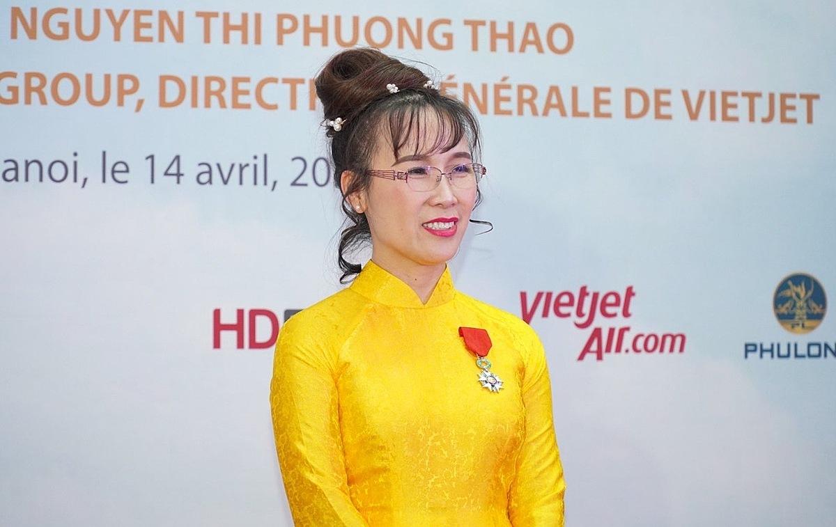 Bà Nguyễn Thị Phương Thảo nhận huân chương Bắc đầu bội tinh tối 14/4. Ảnh: VJC.