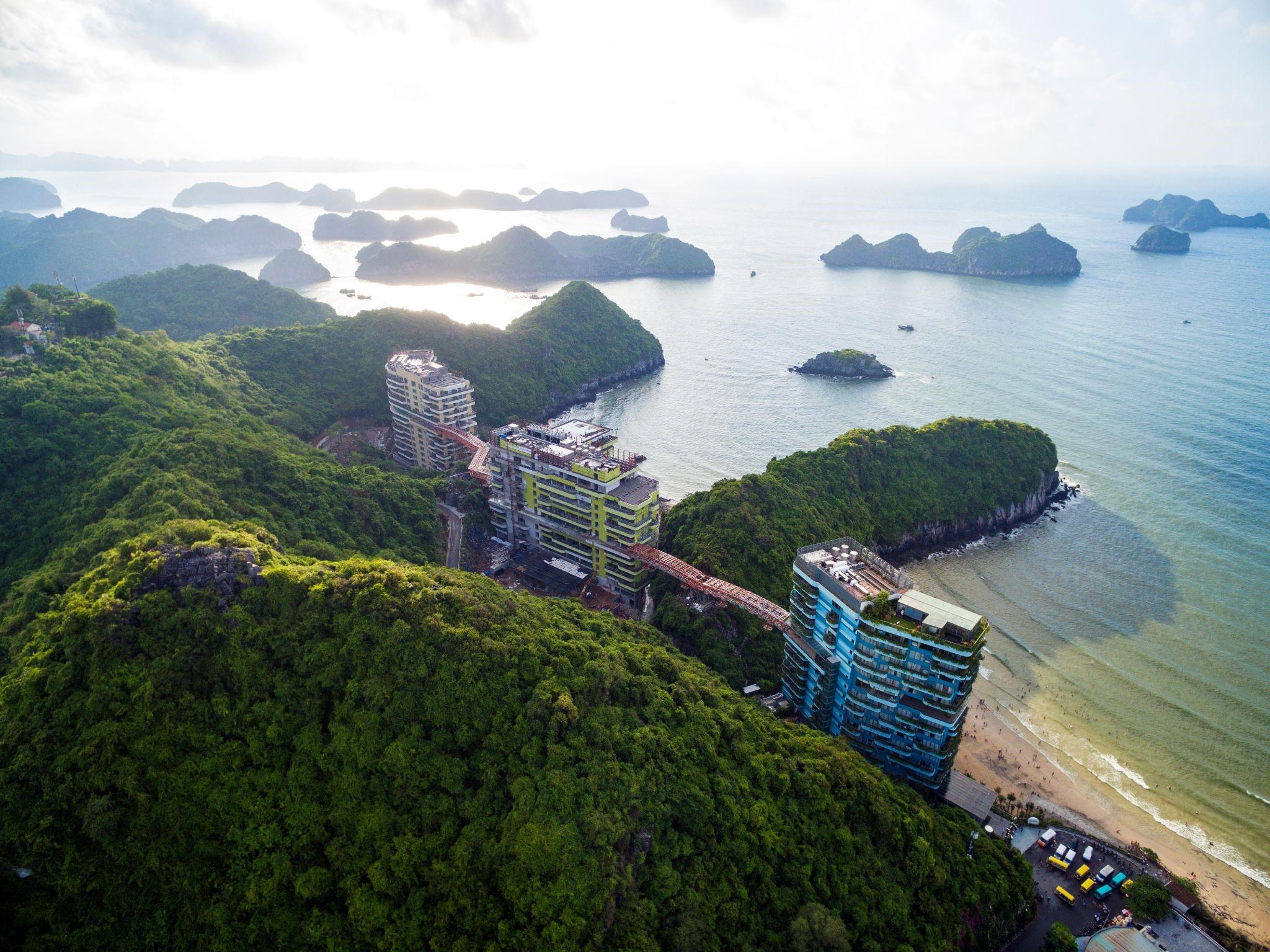 Flamingo Cat Ba Resorts nằm bên Vịnh Lan Hạ xinh đẹp, nơi bốn mùa rừng ca, biển hát.