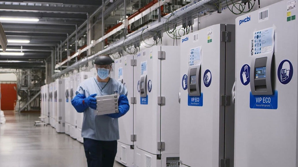 Các tủ đông đặc biệt chưa vaccine Covid-19 tại một cơ sở của Pfizer ở Bỉ. Ảnh: Reuters.