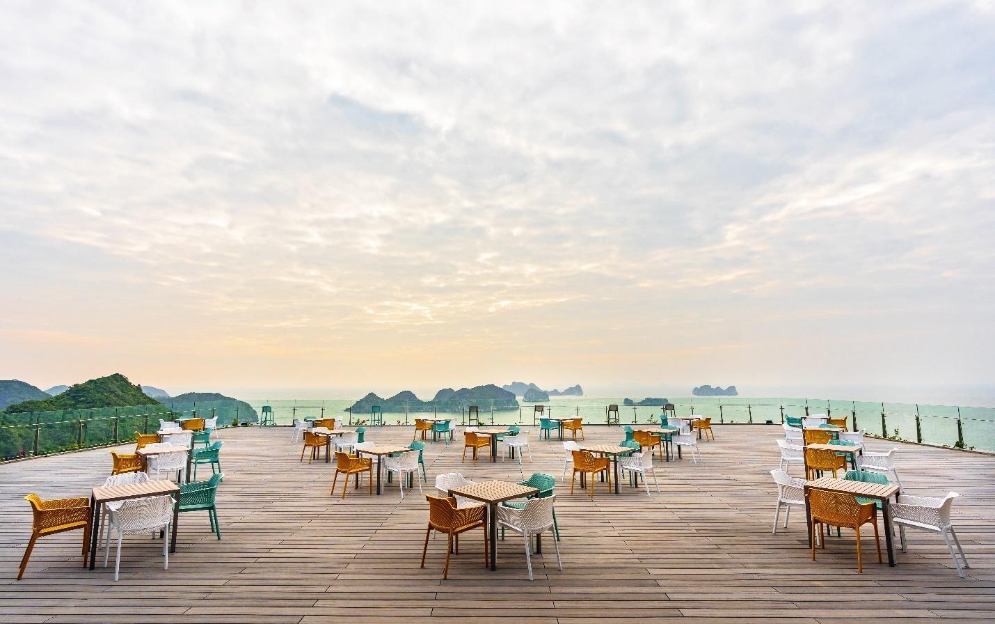 Sky Bar - nơi mang tới cho du khách cảm giác thư thái ngắm vịnh Lan Hạ