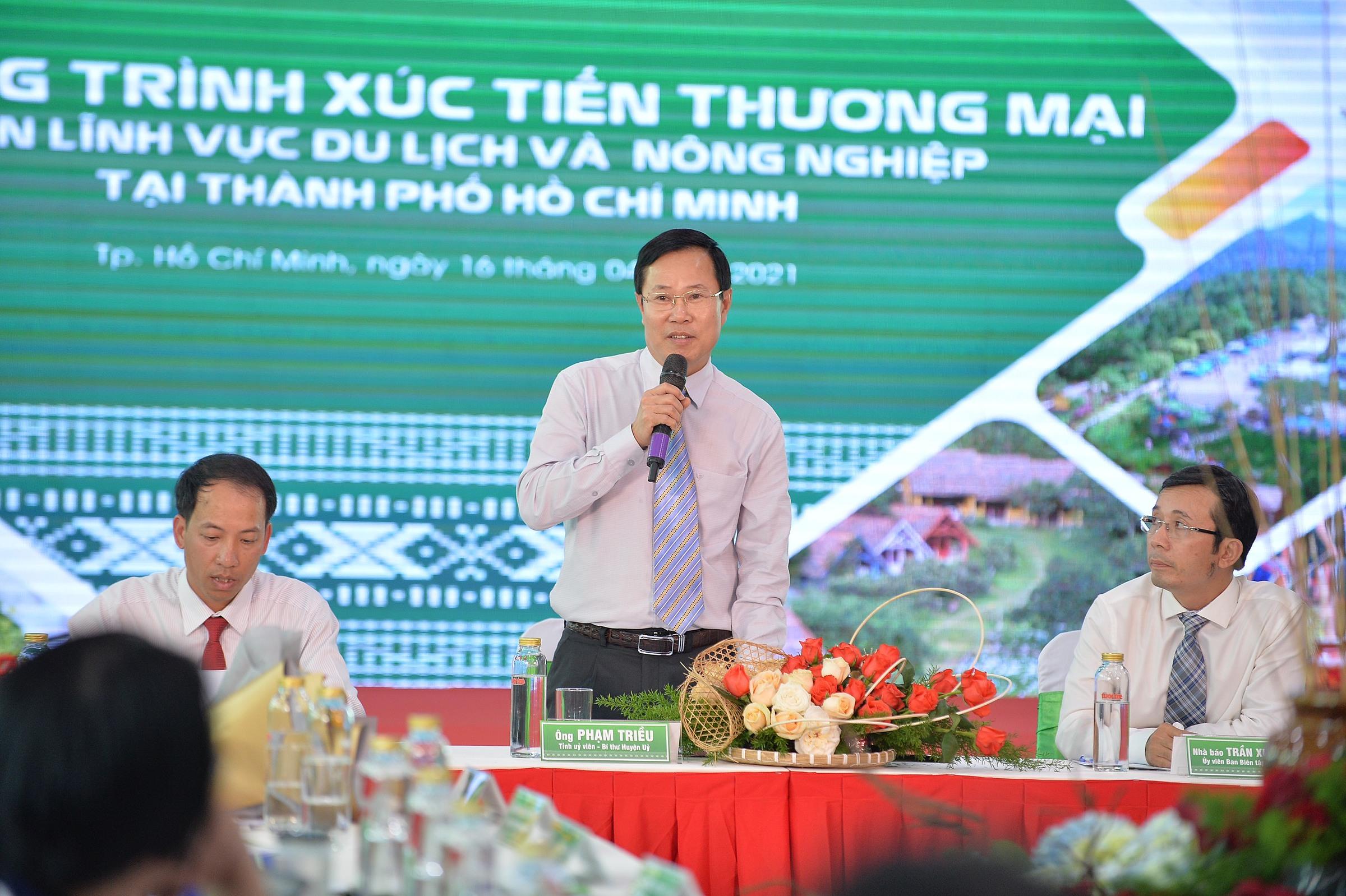 Ông Phạm Triều, Bí thư huyện Lạc Dương (Lâm Đồng) tại buổi tọa đàm chiều 16/4. Ảnh: Tuổi trẻ.