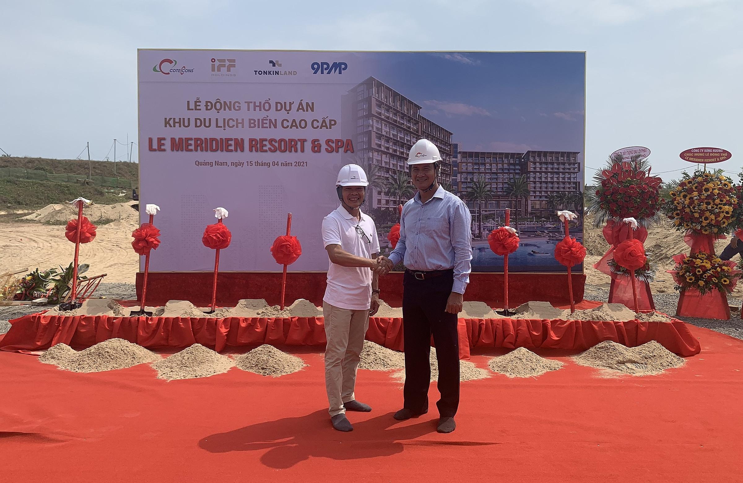 Ông Nguyễn Hoàng Sơn (bên trái), Phó tổng giám đốc IFF Holdings và ông Phạm Quân Lực (bên phải), Phó tổng giám đốc Coteccons. tại buổi lễ. Ảnh: Coteccons.