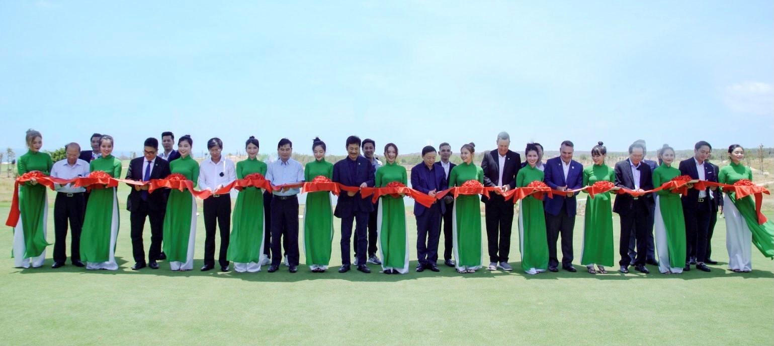 Ban lãnh đạo Novaland và các khách mời cắt băng khánh thành sân golf PGA Ocean sáng 17/4. Ảnh: Novaland.