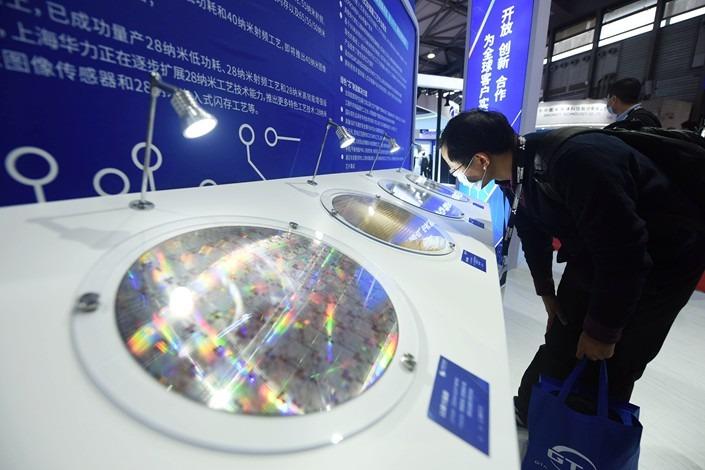 Các tấm wafer được trưng bày trong một triển lãm ở Trung Quốc. Ảnh: Xinhua.