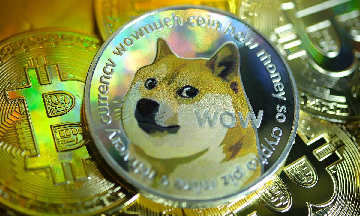 Đồng tiền mô phỏng Dogecoin. Ảnh: Reuters.