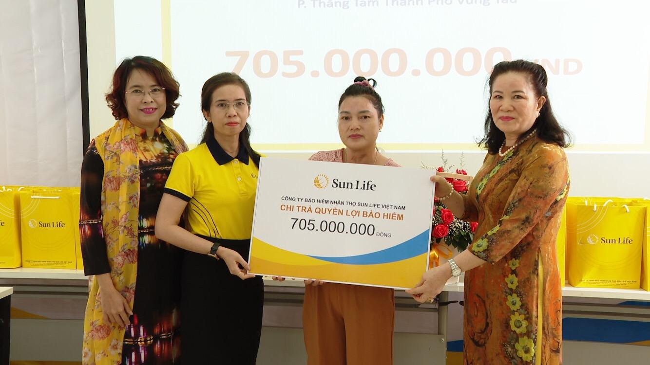 Người nhà của khách hàng tại Vũng Tàu nhận quyền lợi bảo hiểm.