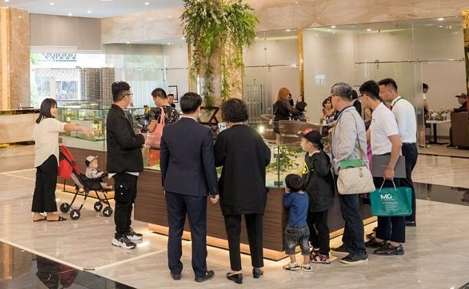 Khách hàng tham qua sa bàn dự án InterContinental Residences Halong Bay. Ảnh: BIM Group.