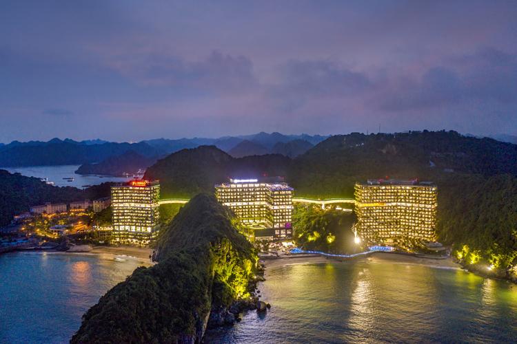 Vẻ đẹp gần gũi với thiên nhiên giúp Flamingo Cat Ba Resorts luôn kín phòng vào dịp cuối tuần, nghỉ lễ.