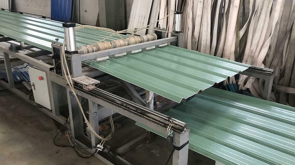 Dây chuyền sản xuất tôn nhựa pvc asa 4 lớp 6 sóng tại nhà máy.