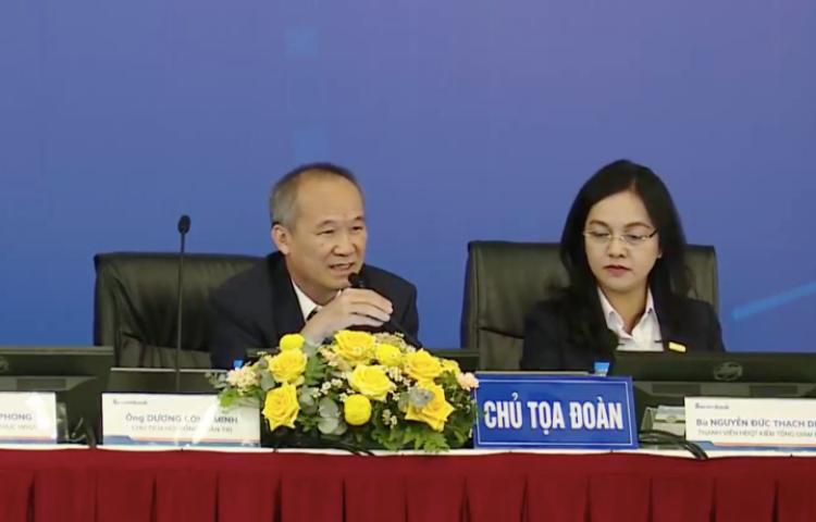 Ông Dương Công Minh trả lời chất vấn tại phiên họp thường niên sáng 23/4. Ảnh: Sacombank.