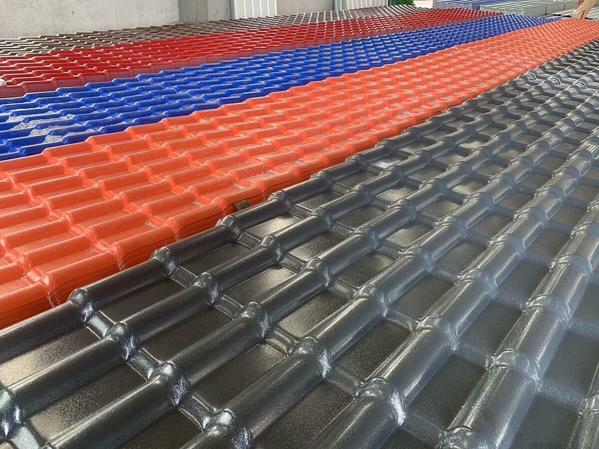 Lưu trữ ngói nhựa màu xám đen, đỏ ngói, xanh dương, đỏ đô và đỏ ngói tại nhà kho của nhà máy.