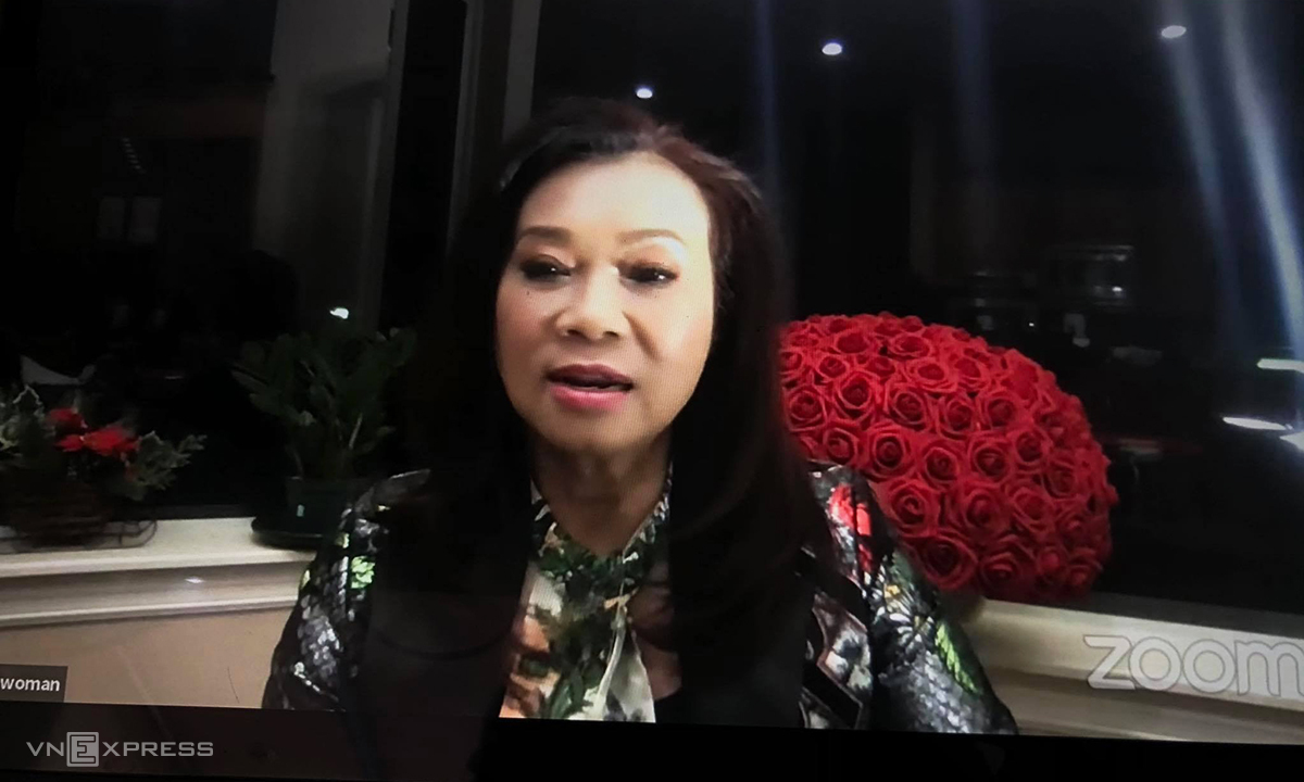 Bà Đặng Thị Hoàng Yến năm thứ hai dự phiên họp đại hội đồng cổ đông ITA trực tuyến sáng 23/4. Ảnh: Anh Tú
