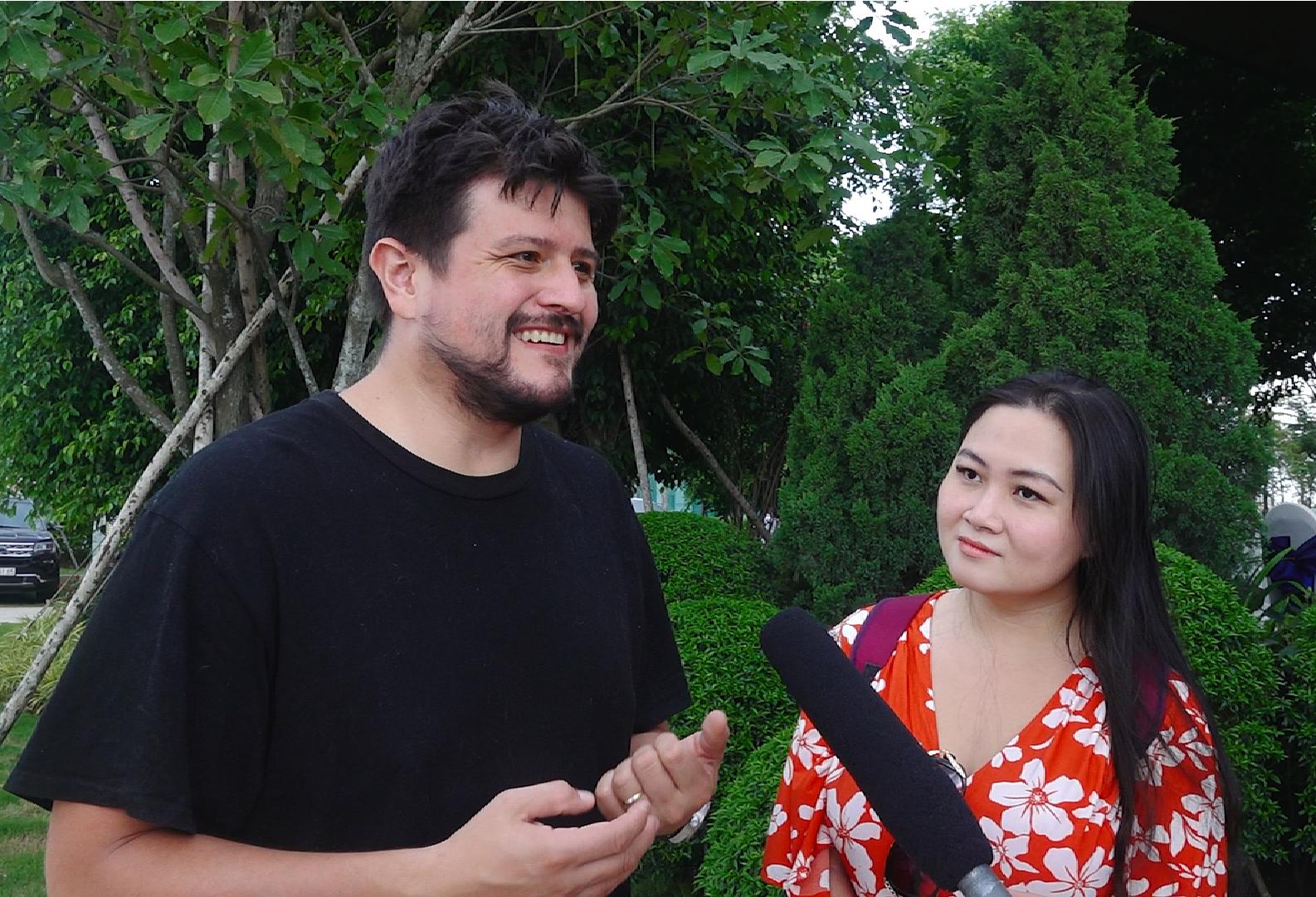 Vợ chồng anh Fernando Ramos ấn tượng với môi trường sống trong lành và quy hoạch bài bản tại Aqua City. Ảnh: Novaland.