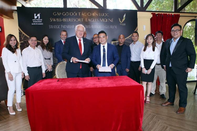 Ông Nguyễn Mạnh Hiếu - Chủ tịch Tập đoàn Eagles và ông Gavin Maxwell Faull - Chủ tịch Tập đoàn Swiss-Belhotel International tại lễ ký.
