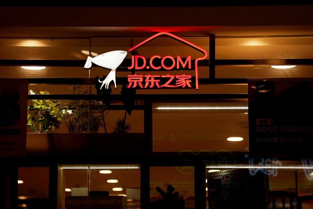 Logo JD.com tại một trung tâm thương mại ở Thượng Hải. Ảnh: Reuters