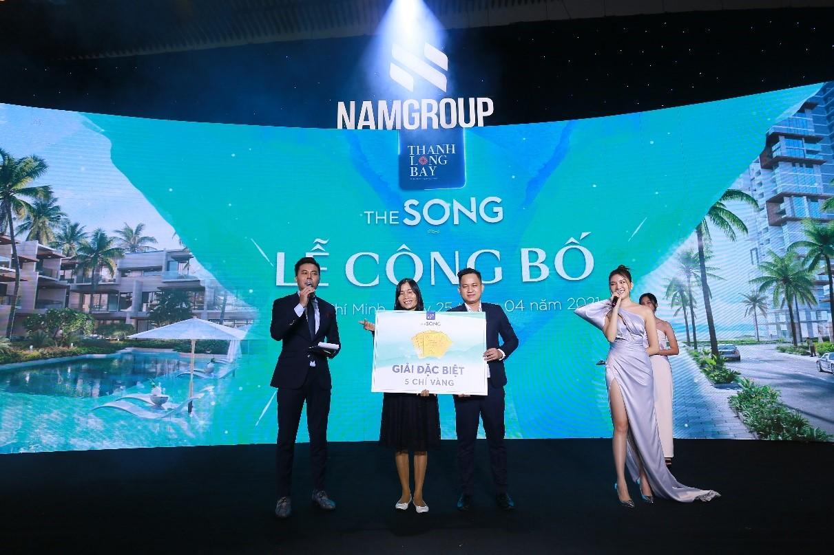 Đại diện Nam Group trao thưởng cho khách hàng may mắn tại sự kiện. Ảnh: Nam Group.