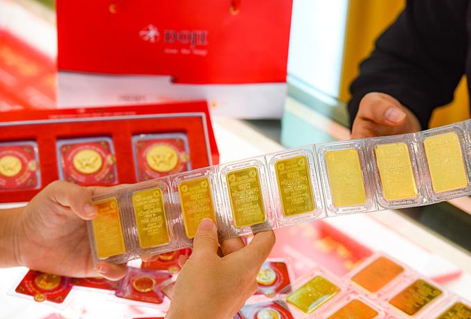 Giao dịch vàng miếng tại cửa hàng DOJI. Ảnh: DOJI.