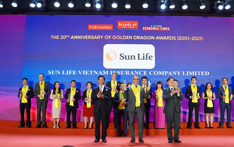 Đại diện Sun Life Việt Nam nhận giải thưởng Rồng Vàng.
