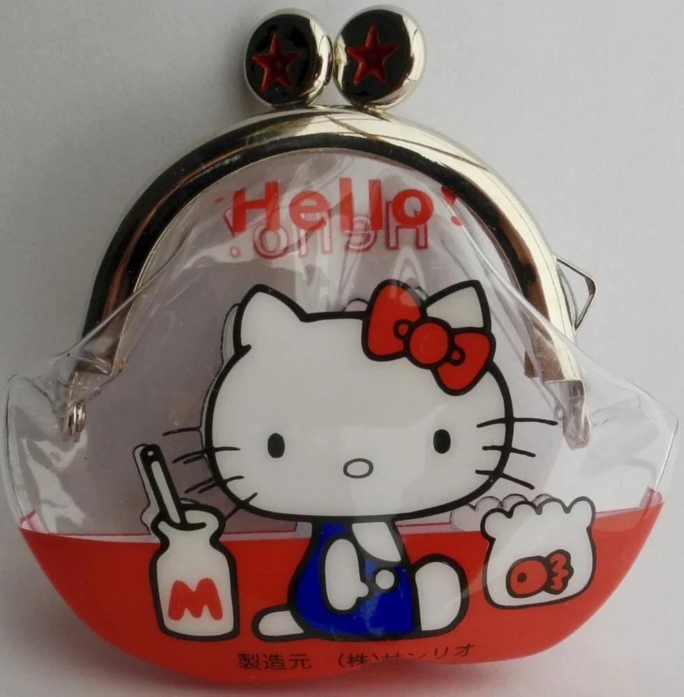 Chiếc ví nhựa chiếc ví nhựa vinyl Hello Kitty ra mắt và gây sốt vào tháng 3/1975. Ảnh: Sanrio.