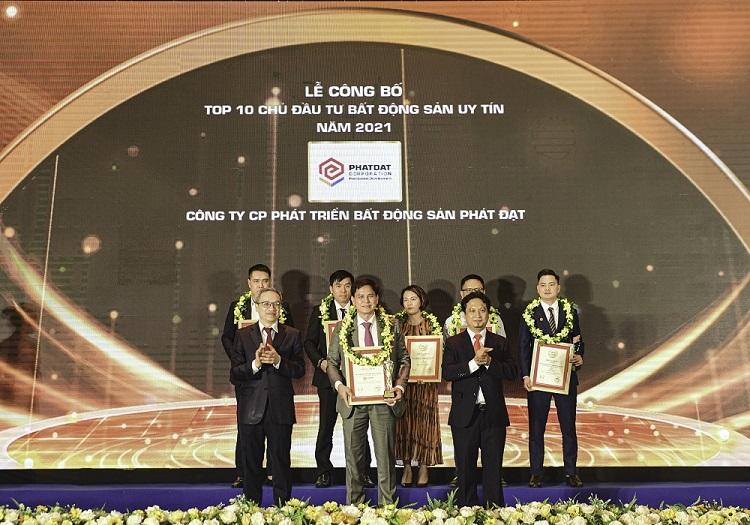 Ông Nguyễn Thanh Thảo - Phó Tổng Giám đốc tài chính (đứng giữa, hàng thứ hai), đại diện Phát Đạt đón nhận cup và bảng vinh danh tại Lễ công bố ngày 27/4 của Vietnam Report.