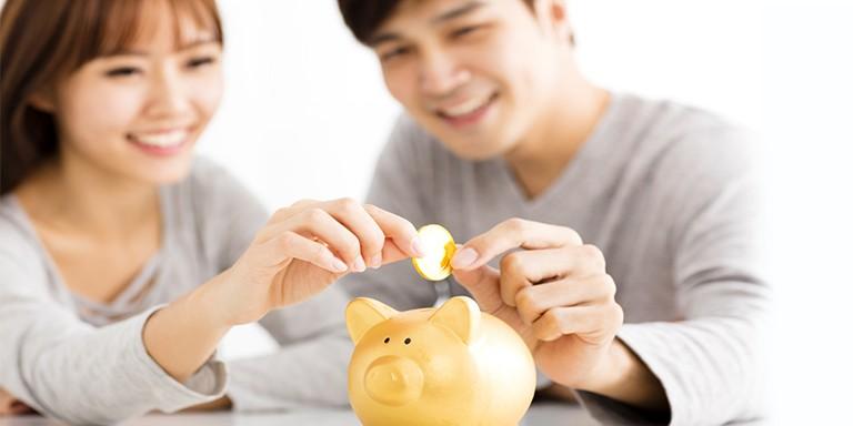 Cha mẹ nên có một khoản tiền dự trữ để đầu tư cho tương lai của con.
