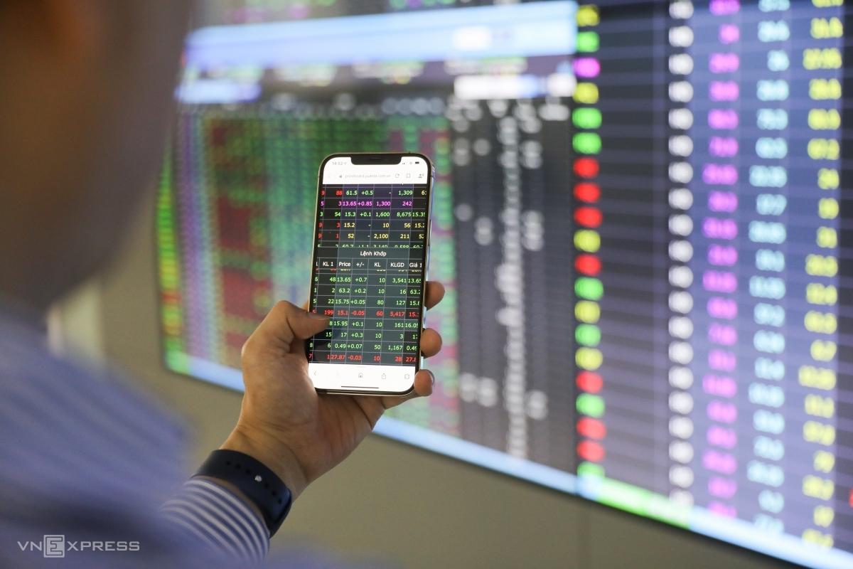 Nhà đầu tư theo dõi bảng giá tại sàn chứng khoán Yuanta. Ảnh: Quỳnh Trần.