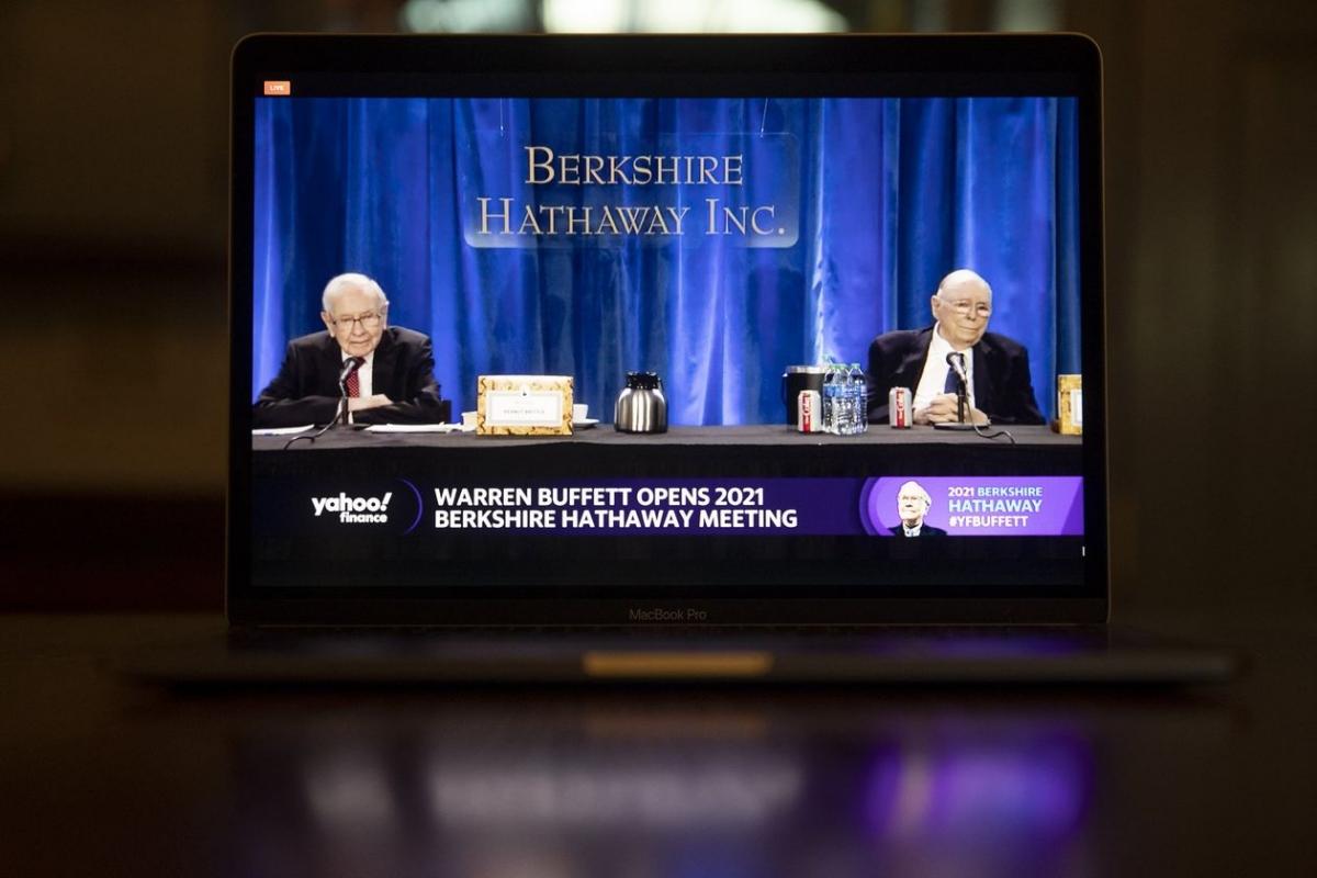 Warren Buffett (bên trái) và Charlie Munger trong cuộc họp với các cổ đông ngày 1/5. Ảnh: Bloomberg.